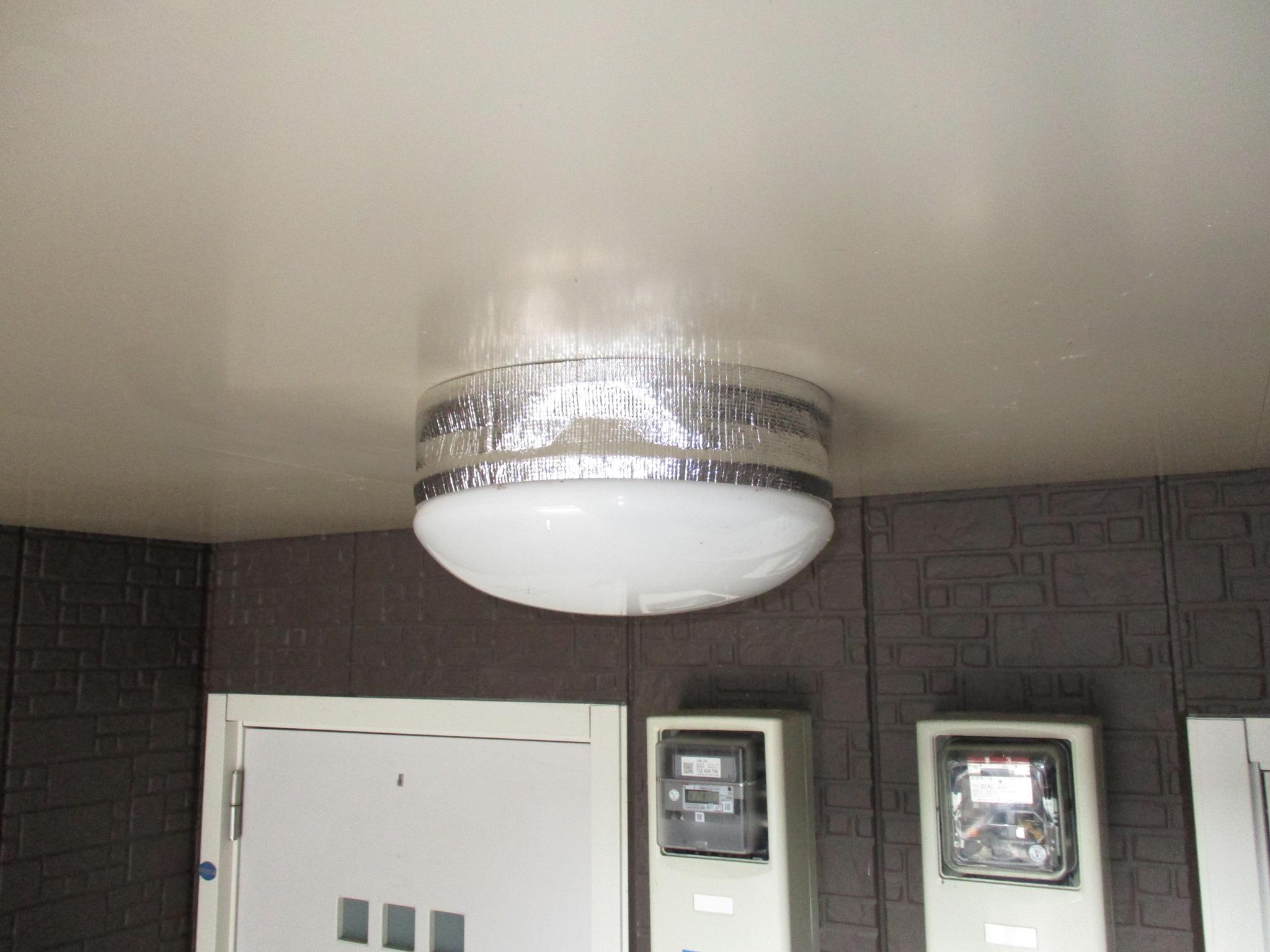 共用灯カバーに巣除けを設置した画像