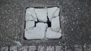 コンクリートの桝蓋の割れ画像