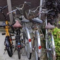 駐輪場の放置らしい自転車の画像